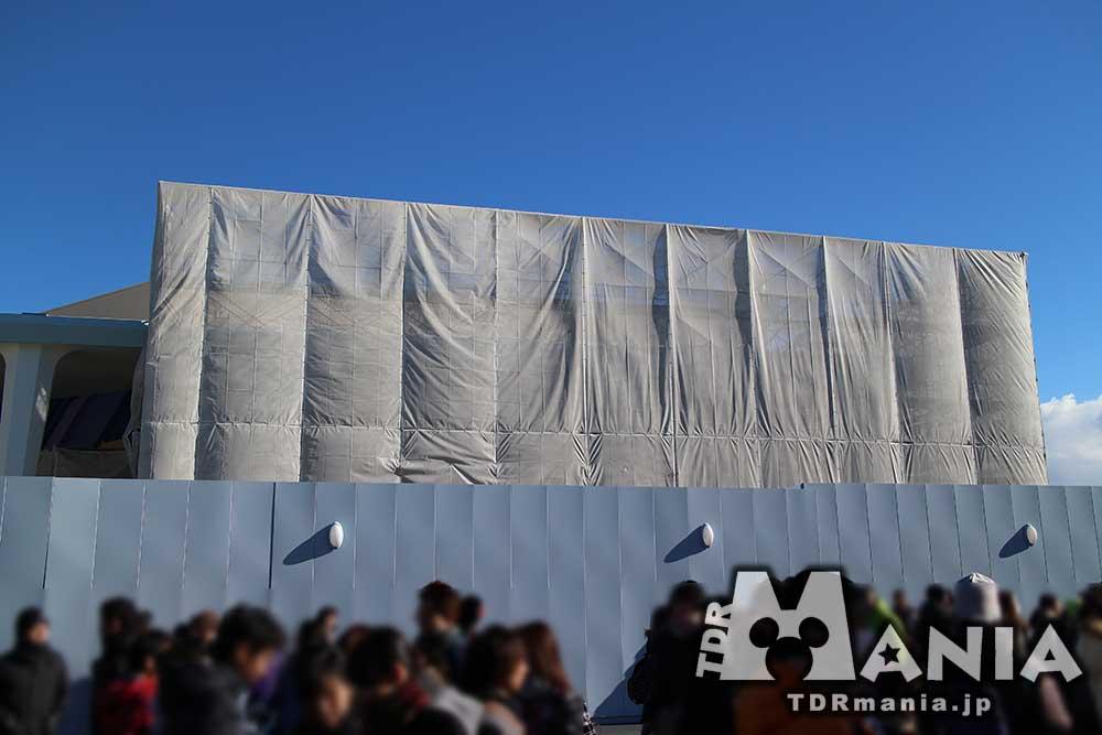 壁と幕で覆われているトレジャーコメットオープン予定地
