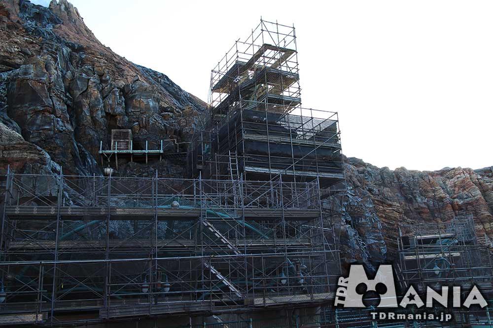 ミステリアスアイランド全体に及ぶリハブ 黒い幕で囲われている中央部分が削岩機