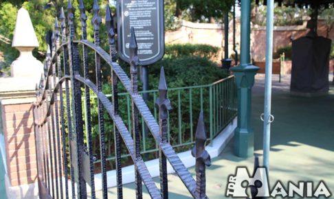 ホーンテッド・マンションの鉄柵
