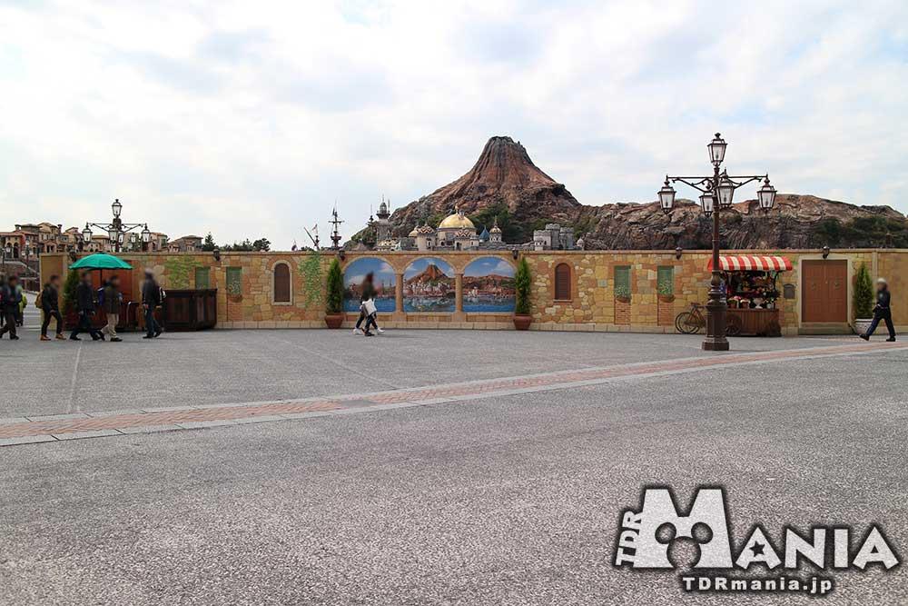ミッキー広場正面を囲う壁