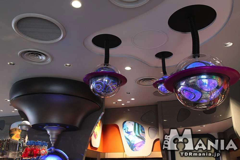店内には惑星型の照明が設置