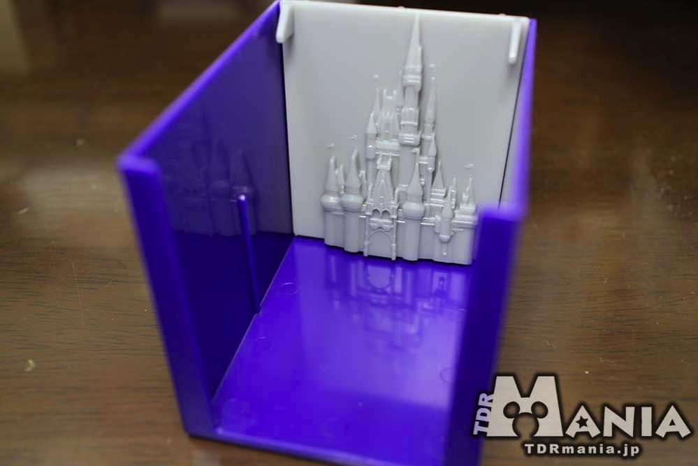 箱の内側にシンデレラ城のフィギュアを取り付け