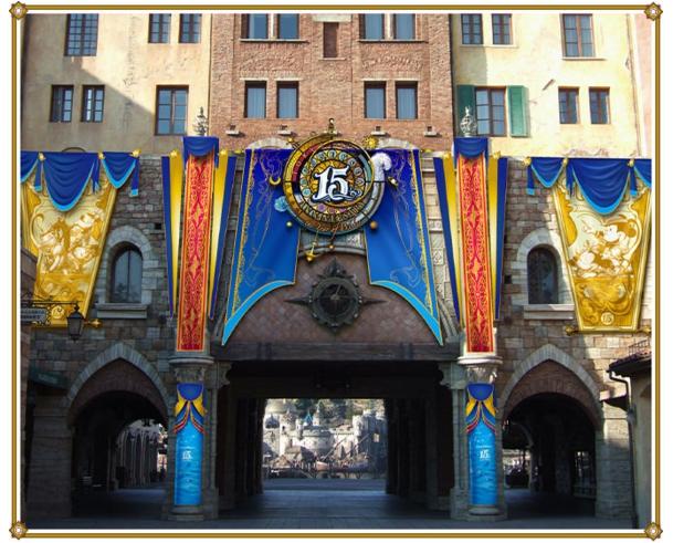 ミラコスタ通り入り口のデコレーション(c)Disney