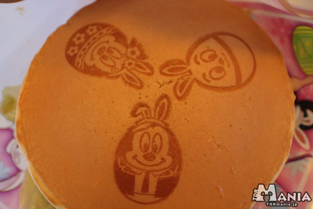 パンケーキの外側のイースターエッグの焼き印