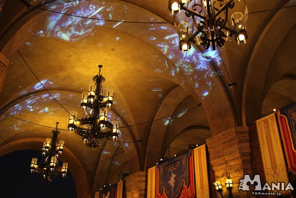 天井に投影されたクリスタル
