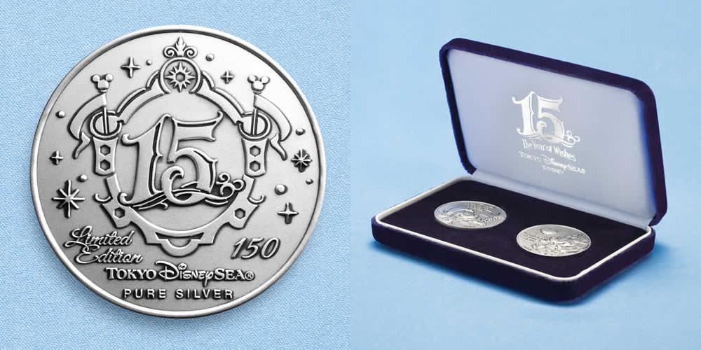 純銀製メダル裏面とケース (c)Disney