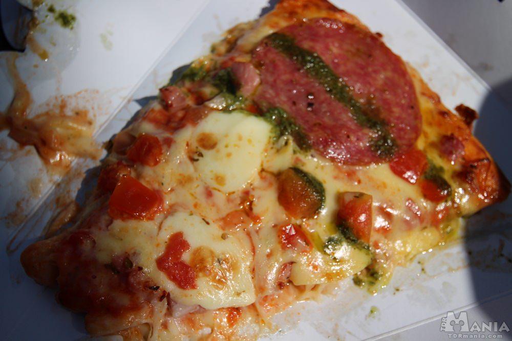 ピッツァ・スモールワールド パンチェッタ&サラミのピザ